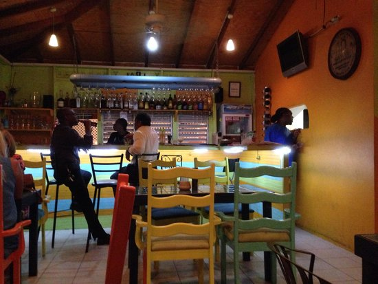 Shakers Bar & Grill: Inside Shakers during a thunderstorm!