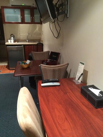 Emerald Spa Motor Inn: Desk and kitchenette.