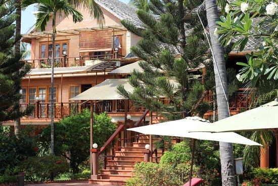 Little Mui Ne Cottages: Вид на ресепшен и кафе