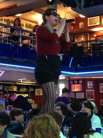 Ellen's Stardust Diner : Our waitress put on her sunglasses and sang!