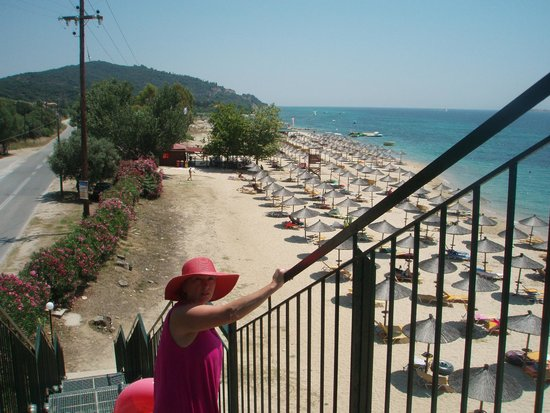 Akrathos Beach Hotel: дорога на пляж по такому железному переходу.