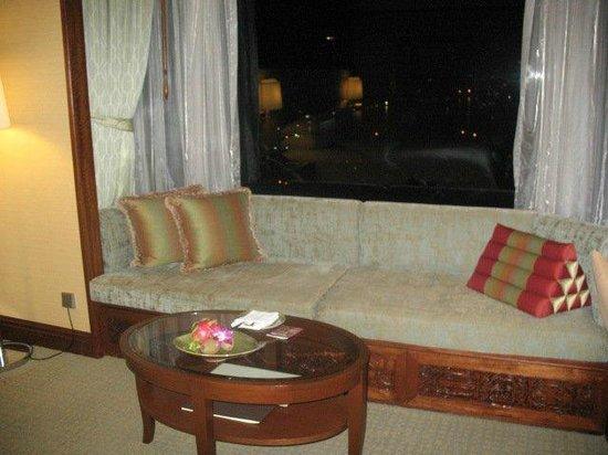 Shangri-La Hotel,Bangkok: Seating area in room