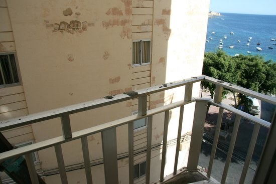Carlton Hotel: Cement on our railing