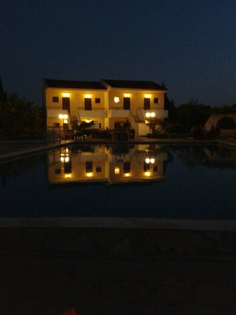 Telemachos Hotel: The pool at night
