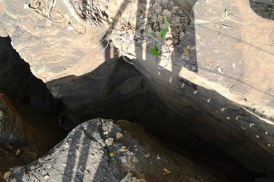 Baia do Sancho: Baía do Sancho - fenda com escada para acesso à praia