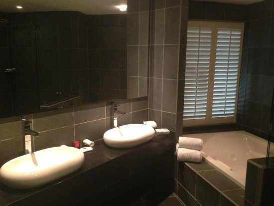 Shana By The Beach, Hotel Residence & Spa : Impecable el amplio baño con sus amenities