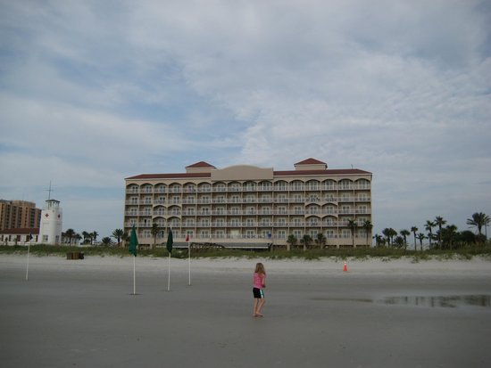 Four Points by Sheraton Jacksonville Beachfront: view of the hotel from the beach