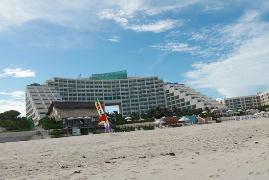 Live Aqua Beach Resort Cancun: Live Aqua from the front by the ocean