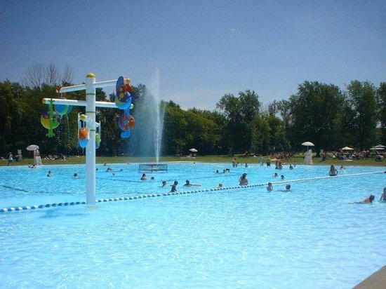Vine Ridge Resort : Cool off in our 1 acre pool right on the Niagara Parkway