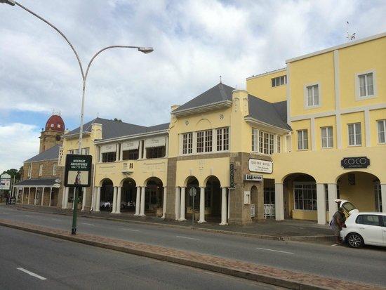 Queens Hotel: Hotel street side
