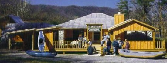 Uncle Johnny's Nolichucky Hostel & Outfitter: Uncle Johnnys front deck