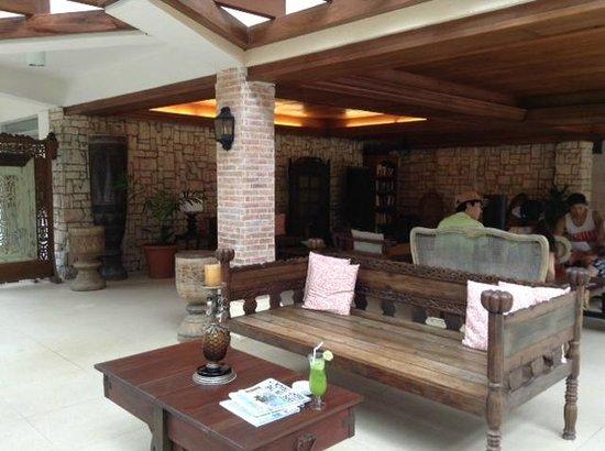 Costabella Tropical Beach Hotel: В зоне отдыха есть шкаф с книгами!