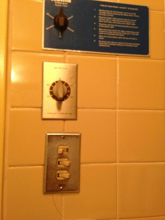 Brookside Resort: Bathroom switches for nothing!