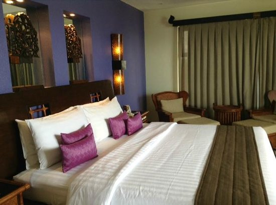 """Costabella Tropical Beach Hotel: Кровать king size - для """"всей королевской рати"""""""