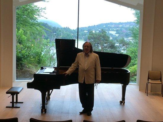 Troldhaugen Edvard Grieg Museum: Pianist in concert hall