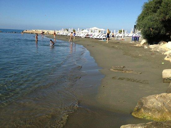 Atlantica Oasis Hotel: Пляж песочный