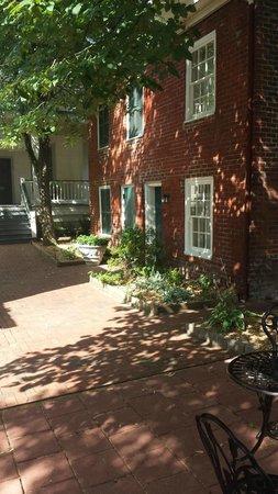 Linden Row Inn: courtyard