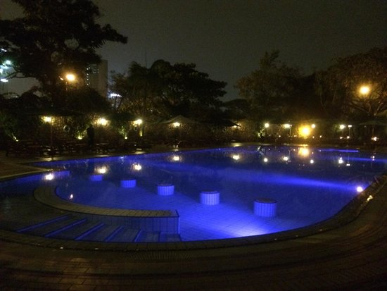 Nairobi Serena Hotel: Serena Hotel Nairobi - the pool at night