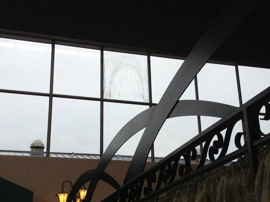 Crowne Plaza Hotel Cincinnati Blue Ash: Restaurant dirt in the window - remains....