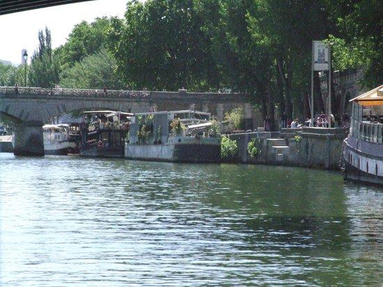 Seine River: Мост искусств, корабли.