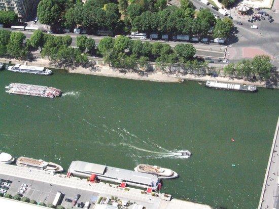 Seine River: Корабли и баржи.