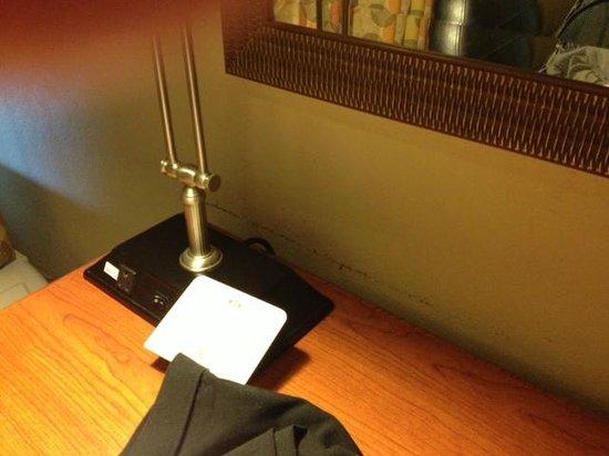 Crowne Plaza Hotel Cincinnati Blue Ash: Mar behind desk on wall - needs repainting