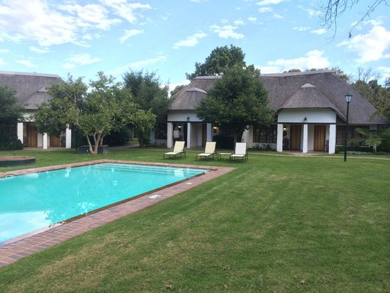 Knysna Hollow Country Estate: Garden and pool view