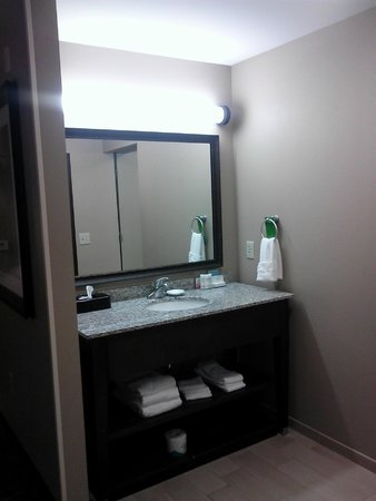 Hampton Inn & Suites I-35 / Mulvane : King Suite bathroom sink
