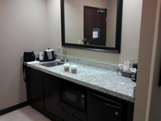 Hampton Inn & Suites I-35 / Mulvane: King Suite kitchenette