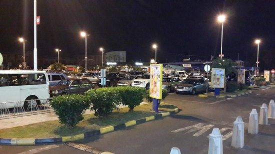 Villa Narmada : Shopping center nearby