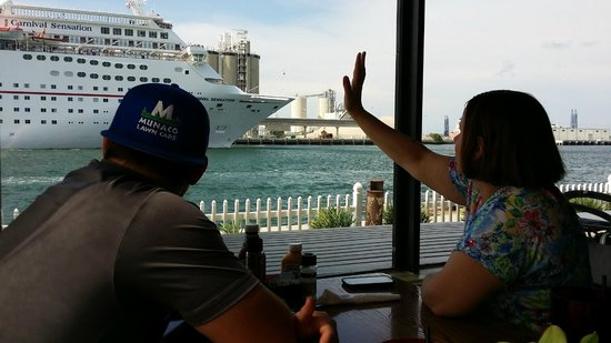 Fishlips Waterfront Bar & Grill: Waving bye to the cruise ships