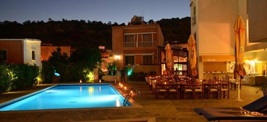 Lithos Antonis G Apartment Hotel: swimming pool by night