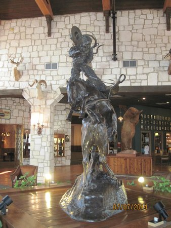Y O Ranch Hotel & Conference Center: Bronze sculpture in lobby