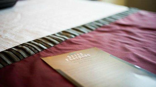 Seven Feathers Casino Resort: Bed Closeup