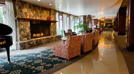 Seven Feathers Casino Resort: Lobby/Fireplace