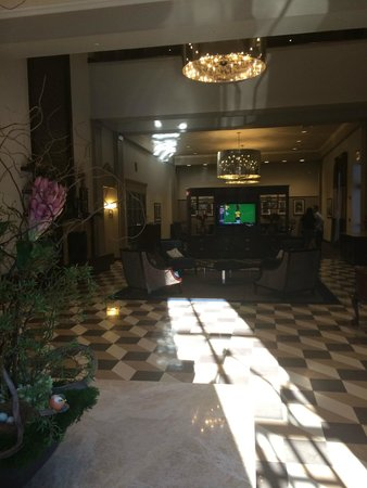 New Haven Hotel: Lobby from entry