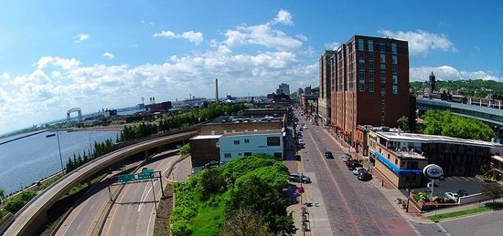 Voyageur Lakewalk Inn: View of motel, downtown duluth and aerial lift bridge