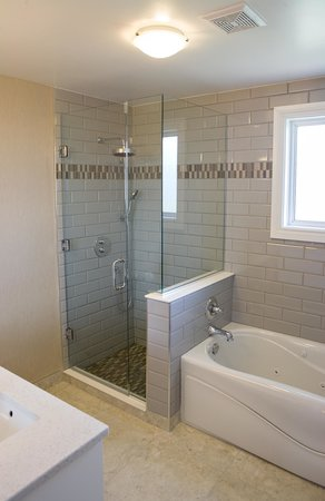 Super 8 Port Elgin: Luxurious bathroom in the Apartment suite