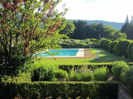 Les Bouisserettes : la piscina  nel parco