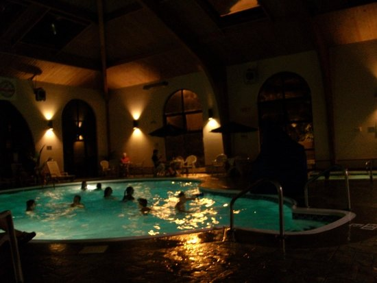 Comfort Inn at Thousand Hills: Pool/hot tub area at night