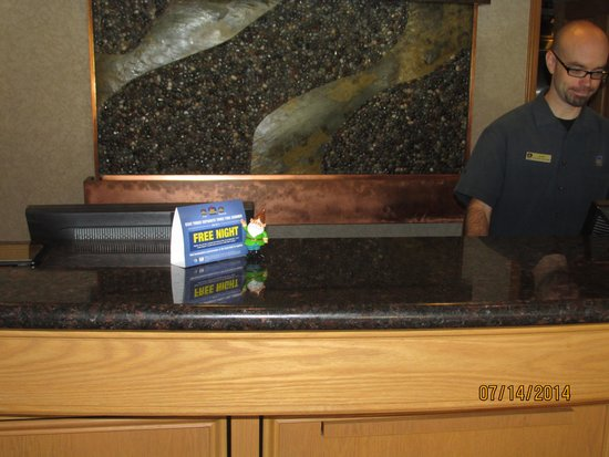 Best Western Plus Lincoln Sands Oceanfront Suites: Mr Sinks & Bob at check-in