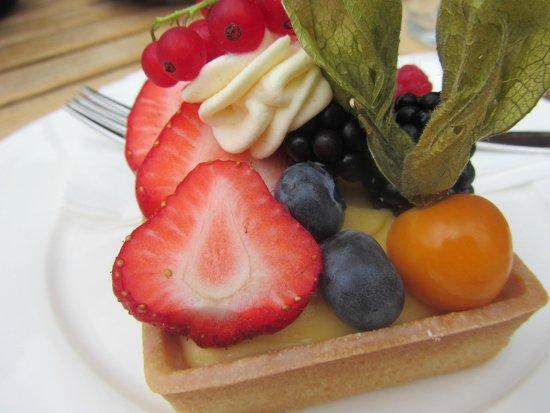 C und M Cafe Bar Restaurant : Loved the fruit tart