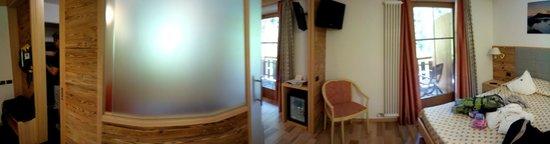 Berghotel Miramonti: un particolare della parete divisoria delle camere comunicanti