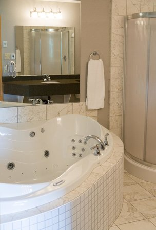 Super 8 Port Elgin: Honeymoon suite jacuzzi tub