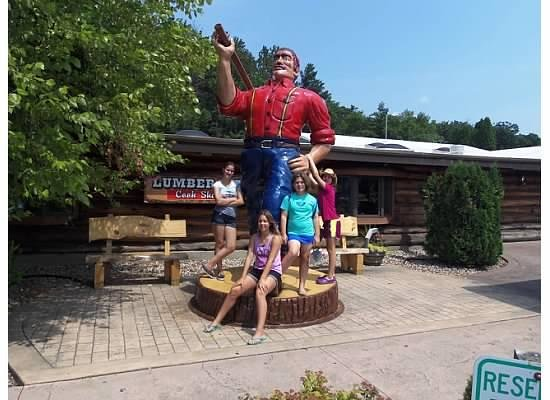 Paul Bunyan's Northwoods Cook Shanty: Statue pf Paul Bunyan