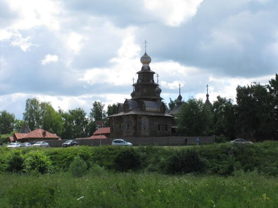 Museum Of Wooden Architecture & Peasant Life: Возле музея