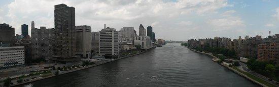 Roosevelt Island Aerial Tram: Manhattan to the left, Roosevelt Island to the right