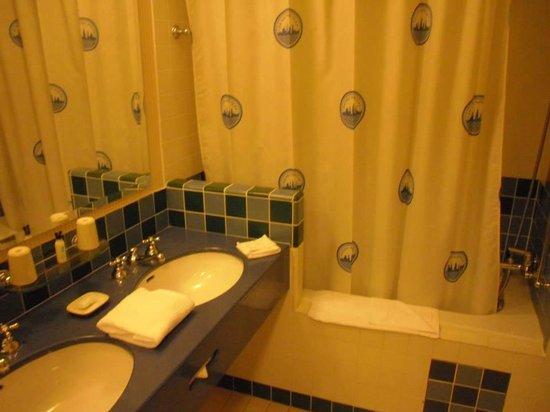 Disney's Hotel New York : Badkamer met bad/douche