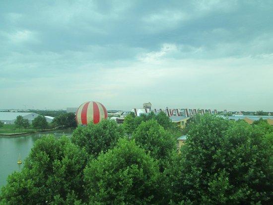 Disney's Hotel New York : Uitzicht vanaf kamer op Disney village en in de verte Disneypark Studios