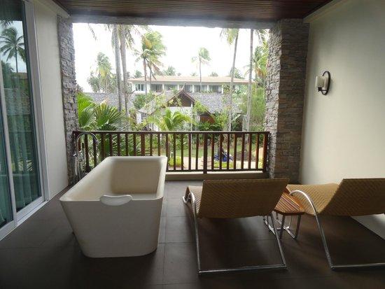 SENTIDO Graceland Khao Lak Resort & Spa: Balcony & bathtub